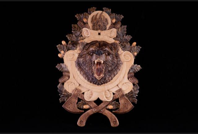 Панно резное Медведь с топорами из дерева №2